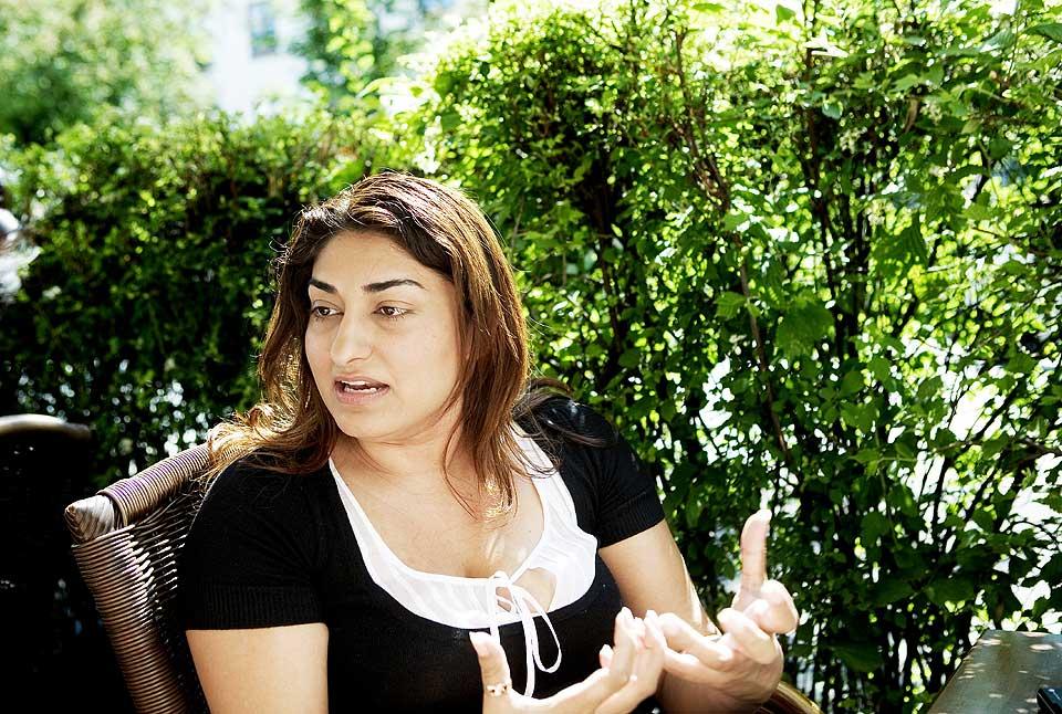 MISHANDLET AV KJ�RESTEN: Shabana Rehman fortalte f�rste gang i fjor om hvordan hun ble mishandlet av ungdomskj�resten. N� skriver hun bok om vold.