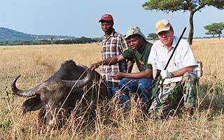 BØFFELBEDØVELSE: Jon Martin Arnemo (til høyre) har blant annet bedøvet en bøffel Tanzania - med samme gevær som Putin. Det tok angivelig seks minutter før dyret sovnet.