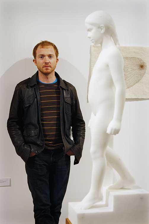 KUNSTNER OG VERK: Håkon Anton Fagerås foran skulpturen «Trappetrinn (Maren min)». De var begge på plass da Høstutstillingen ble presentert for pressen.