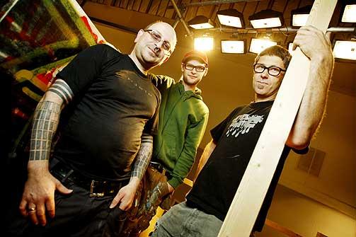 TRE AV TI: Jan Skomakerstuen (t.v.), Espen Henningsen og Lars Erik Svensson er tre av de totalt ti kunstnerne som står bak «Collaborium».