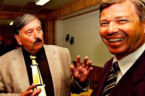SENTRAL PINSEVENN:  Aril Edvardsen er en av Norges mest kjente predikanter. Her sammen med Kjell Magne Bondevik under menighetens 40-årsjubileum i 2004.