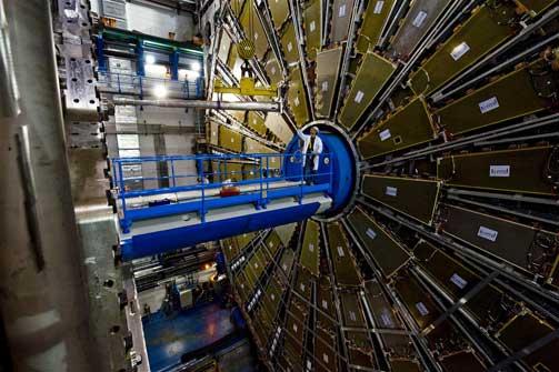VOLDSOMME DIMENSJONER: En av detektorene som skal fange opp resultatene av LHCs partikkelkollisjoner. Foto: CERN