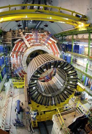 LHC: Dette er maskinen LHC. Den er verdens kraftigste partikkelakselerator. Den produserer str�ler med sju ganger h�yere energi enn tidligere konstruerte akseleratorer.