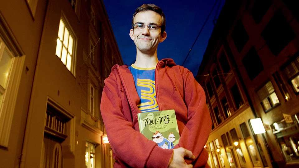 FORSVARER «TJUVEN»: Forfatter Endre Lund Eriksen har skrevet bøkene om Pitbull-Terje og Jim. Han mener Belsvik beskriver den gryende seksualiteten vart, varmt og lekent i «Tjuven».