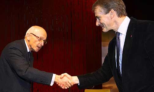 KUNNE BLITT DEM: Høyres Kåre Willoch og Jonas Gahr Støre utveksler håndtrykk etter en fjernsynsdebatt.