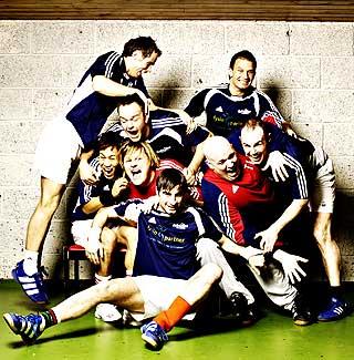 HOMOFILE: I 2006 sendte TV 2 en TV-serie om oslolaget Raballder, der alle spillerne er homofile. Bj�rn H. Windingstad (�verst til h�yre) synes det er str�lende at en spiller i toppserien st�r fram som homofil.