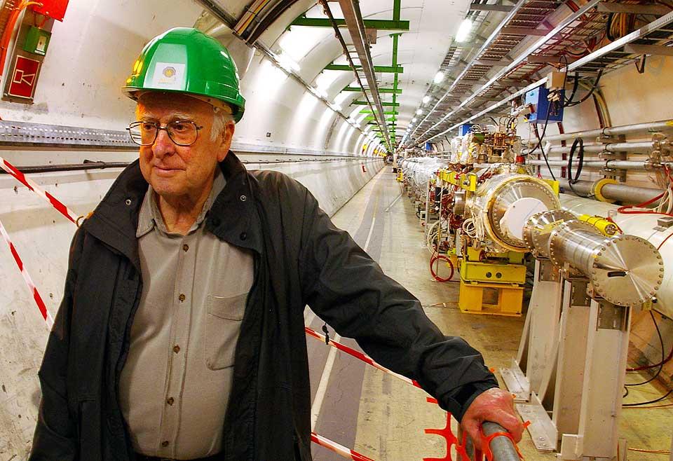 FORSKERLEGENDE PÅ BESØK: Professor Peter Higgs på befaring inne i den 27 km lange partikkelakseleratoren tidligere i år. Higgs er mannen som har gitt navn til Higgs-bosonet, en teoretisk elementærpartikkel som ikke er observert, men som forskerne håper å kunne observere under forsøkene ved LHC. Partikkelen går under tilnavnet «gudepartikkelen» fordi den ifølge standardmodellen er det mystiske elementet som «skaper» masse i samvirke med andre elementærpartikler.