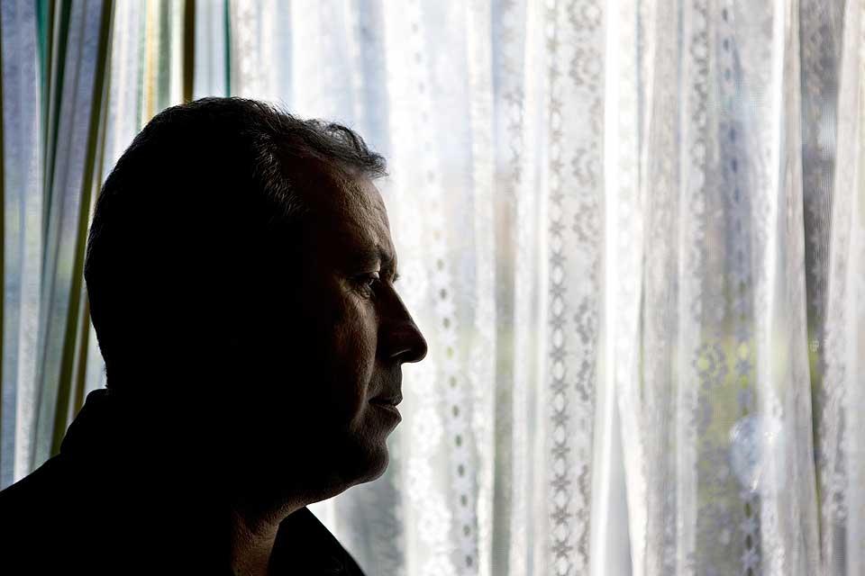 I SKJUL: Mariwan Halabjaee har v�rt i Norge i tre �r, men lever under falsk navn p� hemmelig sted med familien. Han frykter islamistiske milj�er vil drepe han                   etter Mulla Krekars uttalelser.