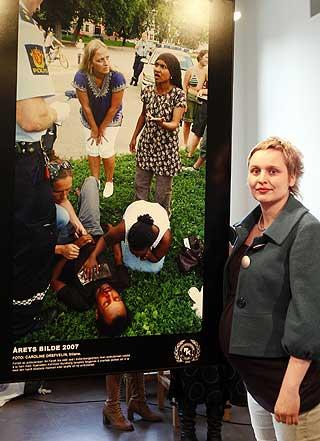 DOKUMENTERTE HENDELSEN: Caroline Drefveli var til stede i Sofienbergparken og tok bilde, som viser den dramatiske situasjonen rett etter at ambulanspersonellet nektet å ta med seg Ali Farah. Motivet ble kåret til «Årets bilde 2007».