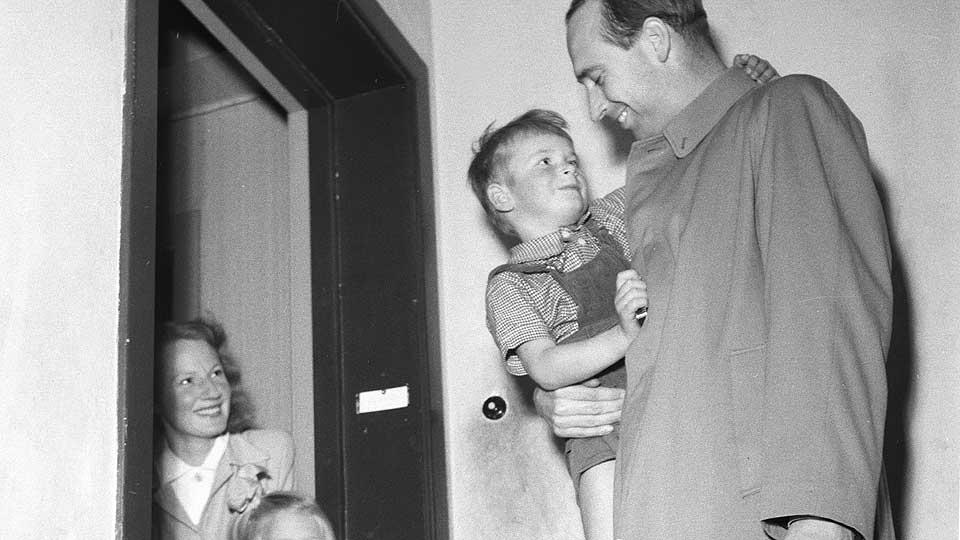 HJEM TIL FAMILIEN: Jens Chr. Hauge var forsvarsminister fra 1945 til 1955. Dette bildet er tatt like etter krigens slutt.
