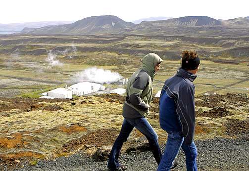 MILJØVENNLIG KRAFT: Å satse på grønn energi kan være en mulighet for Island nå som landets troverdighet i finansverdenen er ødelagt, tror Hördur. Dette geotermiske kraftverket utenfor Reykjavik produserer både elektrisitet og varme i store mengder.