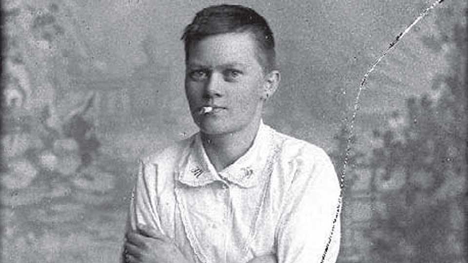 UTFORDRER: Marie Høeg fra Horten brukte fotografiet til å utfordre datidas kjønnsroller. Høeg poserte i herreklær og med bart, røyk og alkohol, mens kjæresten Bolette Berg sto bak kameraet.