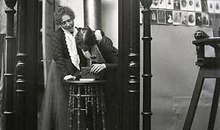 FOTOFIRMA: Mange av landets første fotofirmaer ble drevet av kvinner. Her poserer stavangerfotografene Hannchen Jacobsen og Rachel Johnsen i sitt eget studio.