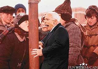 IKKE SÅ LURT: Frost i lufta, jernstolpe og varm tunge er ingen god kombinasjon. Her har McCain blitt manipulert i fella.