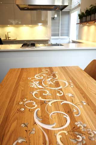 BLANDER GAMMELT OG NYTT: Rosemalt moderne spisebord i kj�kkenet i representasjonsdelen.