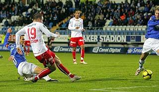 AVGJØRELSEN: Gardar Jóhansson plasserer vinnermålet i lengste hjørne.