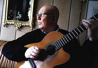 KREFTSYK: Det er nesten fem år siden John Klemetsen ble diagnostisert med kreft. Musikkgleden beholdt han gjennom den tøffe behandlingen.