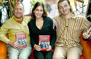 MENTOR OG PAPPA: John Klemetsen var boksesønnens trener og mentor i mange år. I 2002 stilte både John og Tine, Oles søster, opp på lansering av boka om bokseren.