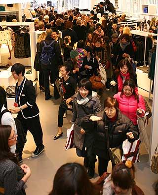 POPUL�RT: Billige Comme des Garcons-kl�r ville ikke disse japanerne g� glipp av. Rundt 2000 skal ha st�tt i k� f�r butikken �pnet.