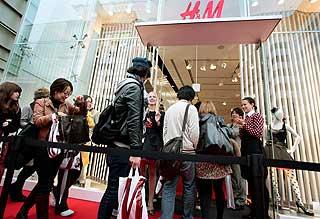 NYTT FOR JAPANERNE: Comme des Garcons-kl�rne ble lagt ut for salg i den forel�pig siste av to H&M-butikker i Tokyo. Kjeden har bare v�rt i storbyen siden september.