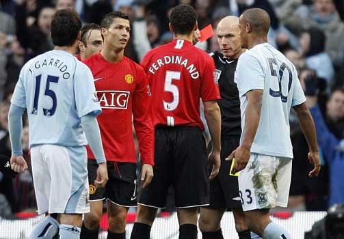 DISKUASJONER: Manchester United-spillerne fors�kte � forklare dommeren hva som skjedde, men fikk ikke geh�r.