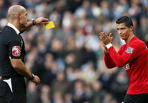 FØRSTE GULE KORT: Cristiano Ronaldo tok en sjanse da han applauderte dommeren for utdelingen av det første gule kortet. Ti minutter seinere fikk han et nytt.
