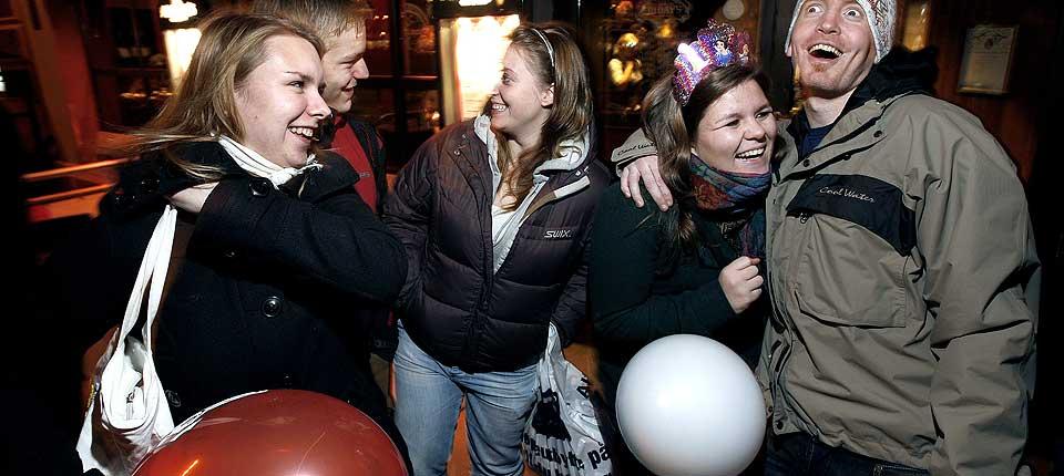 - GENITALIUM HVA FOR NO'? Vennegjengen fra Oslo og omegn er har ikke h�rt om den nye sexbakterien, Mycoplasma genitalium, men skj�nner at det ikke er snakk om noen plasmaskjerm. Christian (20), Jeanette Josephine (19), Kai (18), Christine (19), bursdagsbarnet Runa (20), Stian (25) og Petter (25) m�ter Dagbladet utenfor et spisested p� Karl Johan i Oslo.