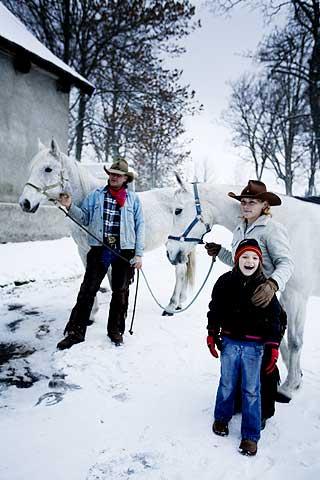 HEST: Familien driver ridesenteret Western Prasily på grensa til Tyskland. Her har de hvite hester.