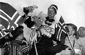 F�RSTE SEIER: Bj�rn D�hlie p� gullstoll etter sin f�rste verdenscupseier i Salt Lake City den 10. desember 1989.