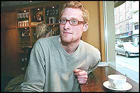 ST�R FRAM: - Ingen visste at jeg er homofil. Men selv om homohetsen ikke var rettet mot meg personlig, f�lte jeg meg trakassert, sier Thomas Berling. N� har unggutten gjort comeback i Dr�bak/Frogn.
