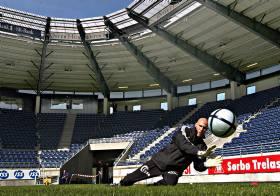 OLSENS NYE STORSTUE:  Frode Olsen og Viking-laget trente i g�r p� sin nye stadion. - Et byggverk som byen og regionen vil f� glede av i mange �r framover, mener Frode Olsen.