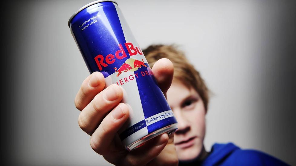 Bilderesultat for ung drikke redbull