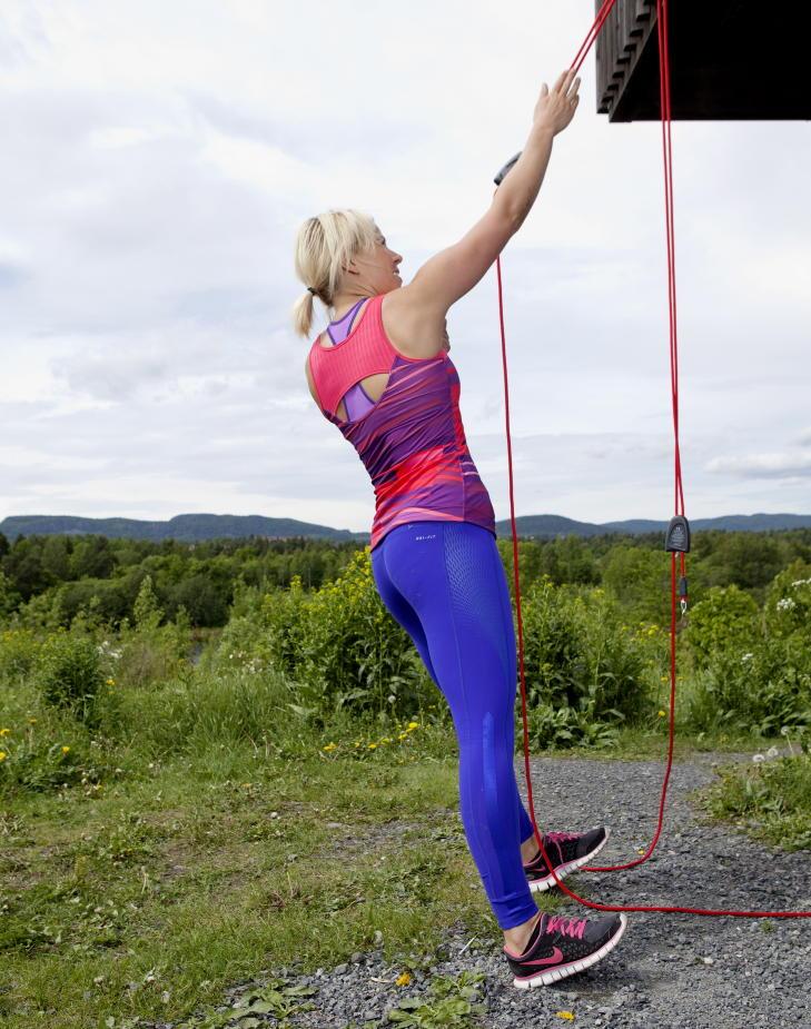 ....Trekk deg oppover med den ene hånden, roter kroppen rundt og treff tauet så høyt opp du klarer med den frie hånden. Beveg deg sakte ned igjen. Jo mer vertikalt, jo tyngre. Foto: Elisabeth Sperre Alnes
